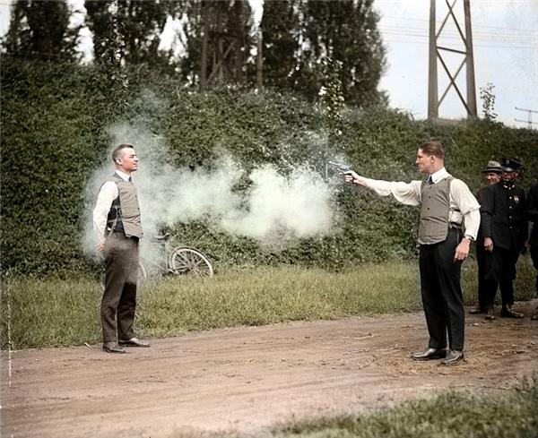 Nhà phát minh W.H. Murphy đang thử nghiệm chiếc áo chống đạn vào năm 1923.