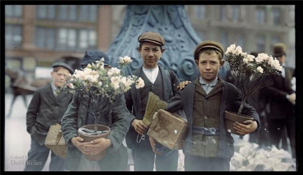 Những cậu bé đi mua hoa vào năm 1908.