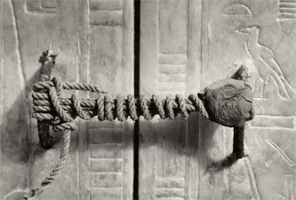Dấu triện khóa kín hầm mộ vua Tutankhamun sau 3.245 năm ngủ yên trong lòng đất. Hình ảnh được chụp năm 1922.