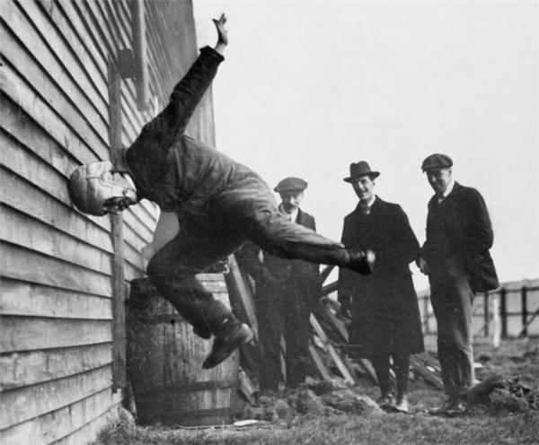 Thử nghiệm nón bảo hiểm cho môn bóng bầu dục, năm 1912.