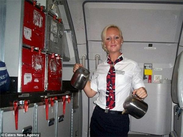 Ayme xinh đẹp trong bộ đồng phục tiếp viên hàng không.