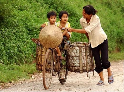 Tuy con đường mưu sinh đầy vất vả, nhưng con cái luôn là nguồn vui của bố mẹ.