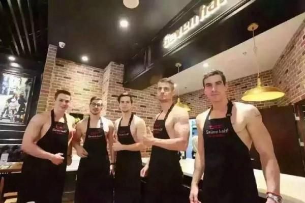 Dàn trai Tây phục vụ trong nhà hàng tại Nhật. (Ảnh: Internet)