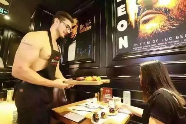 Thực kháchsẽ được một anh chàng cơ bắp, cởi trần phục vụ đồ ăn.(Ảnh: Internet)
