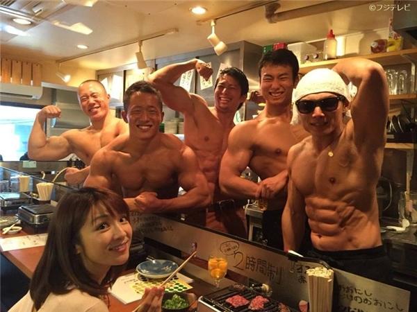 Trước đây tại Nhật cũng từng có một quán ăn nổi lên vì có dàn nam nhân viên cơ bắp, cởi trần phục vụ.(Ảnh: Internet)