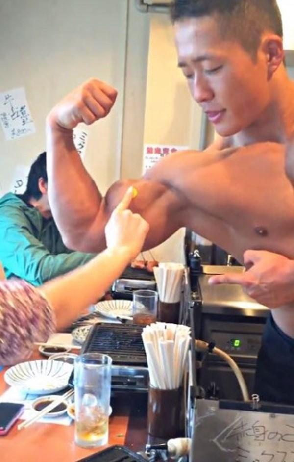 Các anh chàng ở quán ăn này còn khoe cơ bắp của mình và được khách hàng... chấm điểm.(Ảnh: Internet)