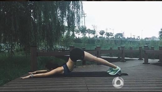 Mọi nơi đều có thể trở thành địa điểm rèn luyện cơ thể của nữ huấn luyện viên xinh đẹp.