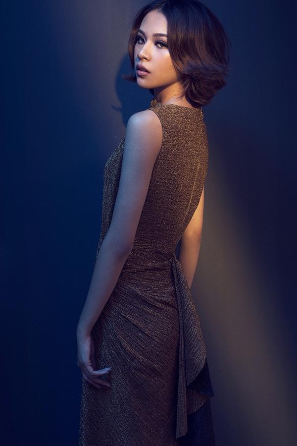 Phom dáng được Lê Thanh Hòa chú trọng bậc nhất. Bộ sưu tập sử dụng vải tweed cứng cáp kết hợp cùng ren mềm mại, gợi cảm.