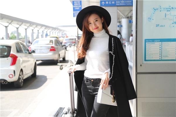 Với sắc đen đồng điệu của quần jeans bó sát, áo măng tô khoác ngoài, mũ fedora và giày boots, nữ diễn viên tạo diểm nhấn bằng chiếc áo màu trắng tương phản. Đây là những trang phục đặc trưng của mùa mốt Thu Đông. - Tin sao Viet - Tin tuc sao Viet - Scandal sao Viet - Tin tuc cua Sao - Tin cua Sao