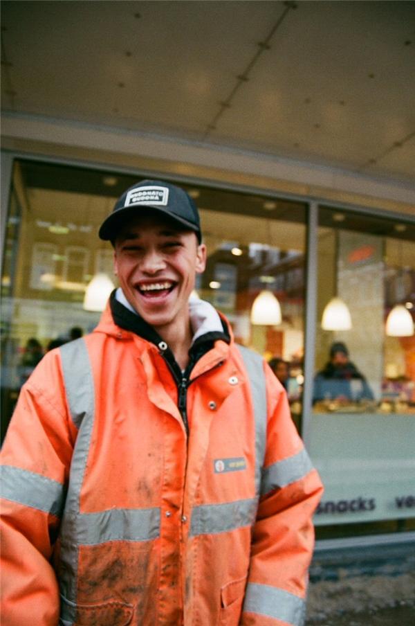 Nicky vốn là một công nhân cầu đường, và bị kéo lại chụp ảnh trong khi đang làm việc vì quá đẹp trai.