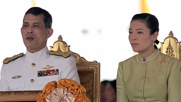Maha Vajiralongkornvà vợ cũ là công nươngSrirasmi.