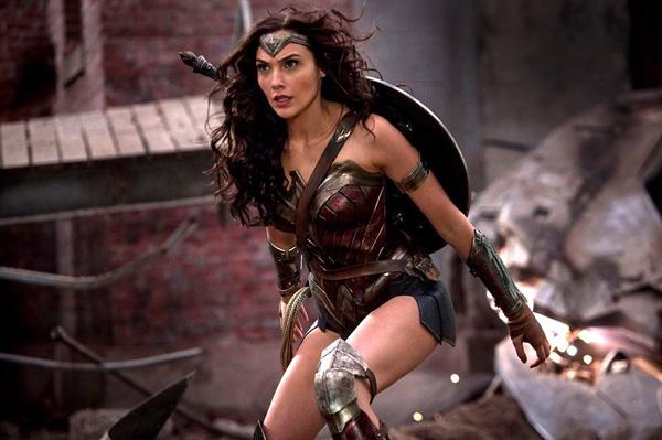 Wonder Woman là nhân vật nữ siêu anh hùng trong siêu phẩm Batman and Superman: Dawn of Justice (Người dơi đối đầu siêu nhân: Ánh sáng công lí)do cựu hoa hậuIsrael Gal Gagot thủ vai. Đây là bộ phim thuộc hãng DC từng gây ấn tượng mạnh đối với khán giả, tên thật của Wonder Woman trong phim làDiana Prince.Batman and Superman: Dawn of Justice hy vọng sẽ tạo được bước đột phá mới cho hãng DC với bộ phim cùng tên sắp sửa ra mắt vào năm 2017.