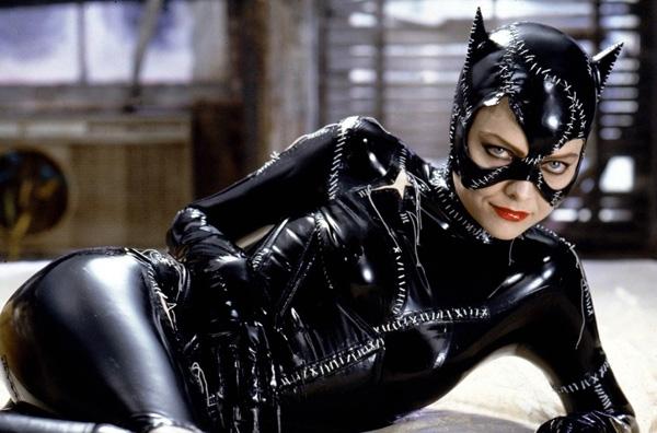 Nhân vật Catwomancủa MichellePfeiffer trong bộ phim nổi tiếngBatman Returns (Người dơi trở lại)gây ấn tượng với khán giả bởi lòng hận thù, tinh thần bất ổn nhưng đầy quyến rũ. Trong phim, Catwomanchính là đối thủ kiêm tình nhân của Người dơi..