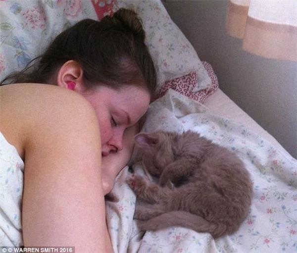 Mỗi ngày cô chỉ thức khoảng 2 tiếng để ăn uống và làm vệ sinh,tất cả đều được thực hiện trong tình trạng lơ mơ ngái ngủ.