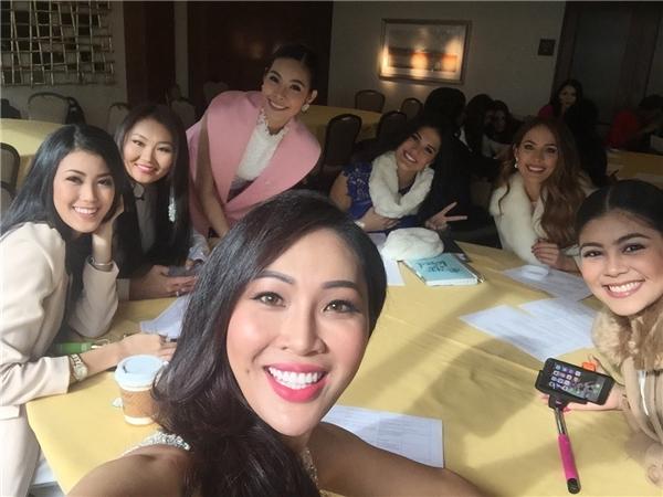 Diệu Ngọc tự tin giao lưu bằng tiếng anh trên fanpage của Miss World