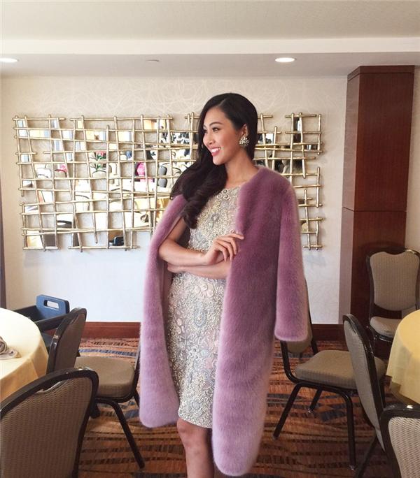 Diệu Ngọc diện bộ váy đính kết đá quý kì công của nhà thiết kế Tùng Vũ kết hợp cùng áo khoác lông bên ngoài. Hai sắc màu hồng tím giúp đại diện Việt Nam trông ngọt ngào, trẻ trung.