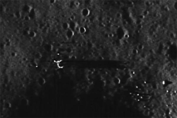Hình ảnh phóng to cho thấy vật thể đổ bóng khổng lồ trên bề mặt Mặt Trăng. (Ảnh: internet)