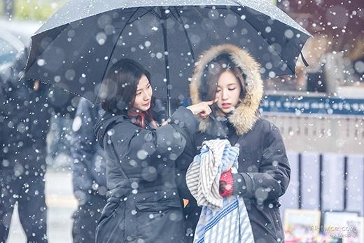 Hình ảnh Sana trêu Mina vô cùng đáng yêu, các cô nàng thân thiết với nhau như chị em, điều này khiến fan vô cùng thích thú.