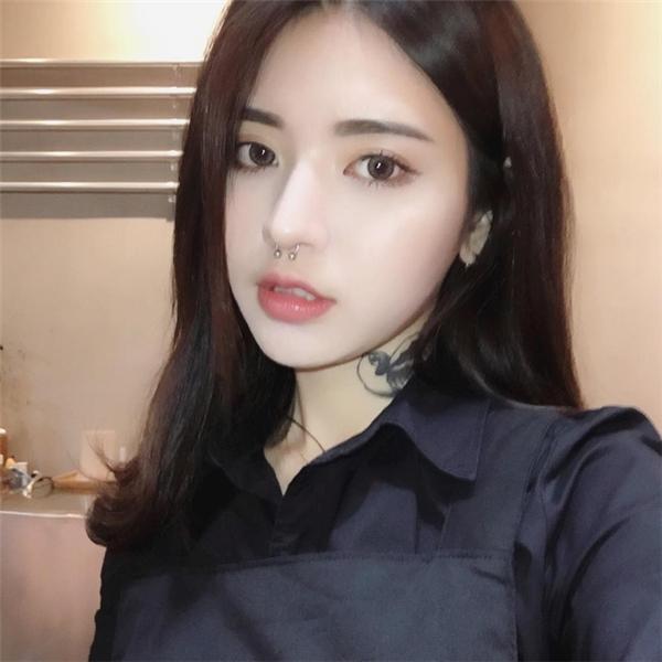 """Với đôi mắt to tròn, sống mũi cao và nụ cười V-line chuẩn hiện đại, cô nàng nhanh chóng khiến netizen """"ngã gục""""."""