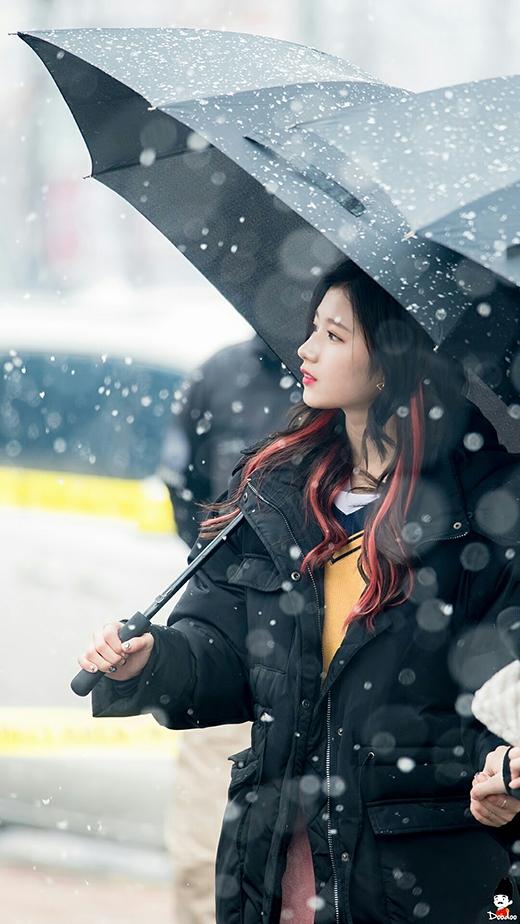 """Sanaxinh đẹp không cần """"diễn sâu"""" cũng khiến khung cảnh trở nên thần tiên hơn. Cô nàng đang thả hồn mình cùng với những bông tuyết đầu mùa Seoul."""