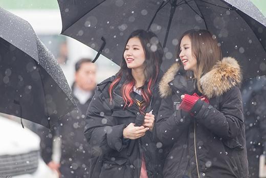 Nhóm TWICE xuất hiện làm sáng rực một góc trời Seoulbởi nhan sắc của mình.