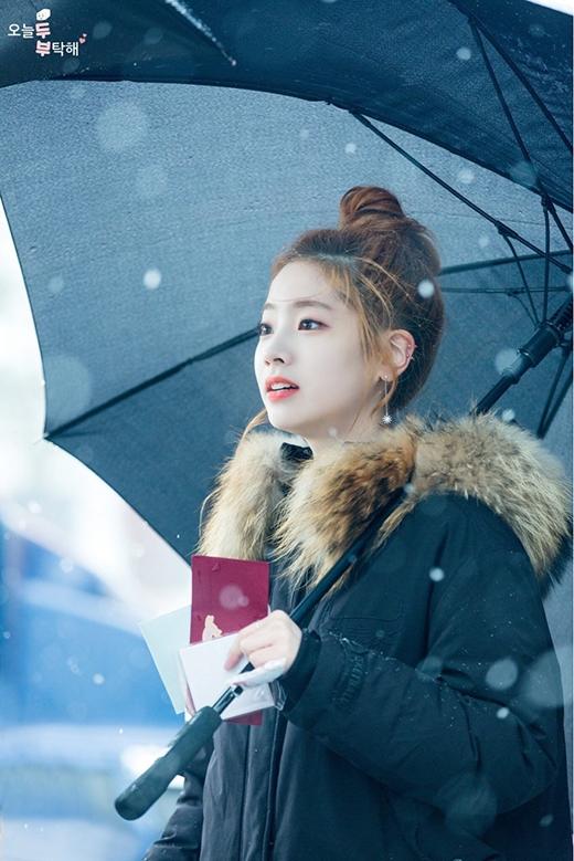 Da trắng như tuyết, môi đỏ như son, nếu thêm mái tóc đen nữa thì đây chính là Bạch Tuyếttrong đời thật.