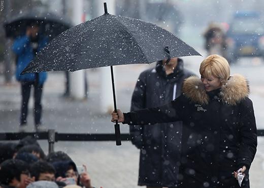 """Không chỉ chăm sóc cho cô bạn chung nhóm, Jeongyeon còn lo lắng cho fan khi họ đứng dưới trời tuyết rơi dày đặc. Hành động """"ga-lăng"""" này tuy nhỏ, nhưng đối với fan là cả một bầu trời quan tâm. Thật sự đã làm rất nhiều fan cảm động."""