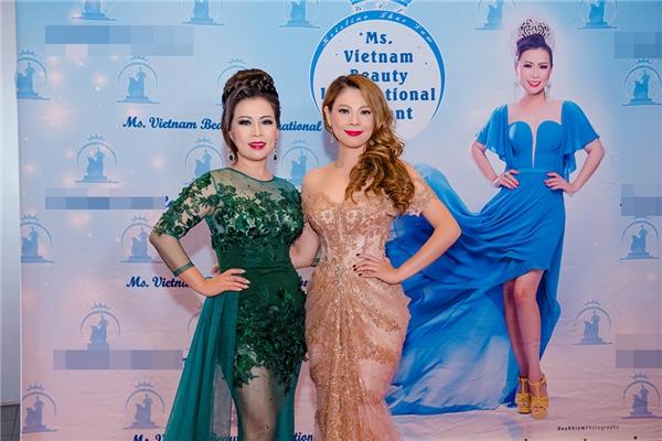 Thanh Thảo chụp ảnh kỉ niệm cùng đương kim Hoa hậu Kristine Thảo Lâm - người đãmời côvào vị trí giám khảo cuộc thi Miss Vietnam Beauty International tại Cali. - Tin sao Viet - Tin tuc sao Viet - Scandal sao Viet - Tin tuc cua Sao - Tin cua Sao