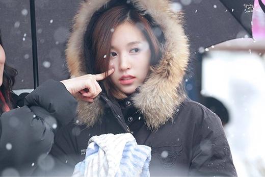 Vẻ e ấp của Mina làm người khác muốn che chở, bảo vệ cô ấy.