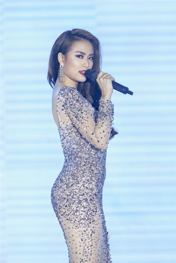 """Hoàng Thùy Linhkhoe dáng nuột nà trong bộ váy ôm sát cơ thể khoe trọn đường cong gợi cảm """"chết người"""". - Tin sao Viet - Tin tuc sao Viet - Scandal sao Viet - Tin tuc cua Sao - Tin cua Sao"""