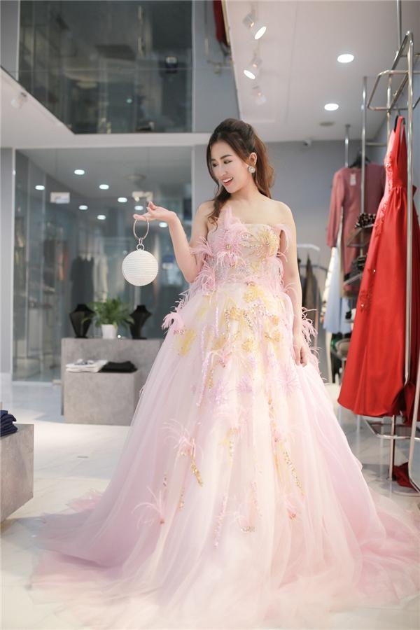 Đến với giải thưởng tại Xứ sở kim chi, Trang Moon không quên tạo cho mình hình ảnh một cô gái ngọt ngào đằm thắm với chiếc đầm hồng pastel cùng những họa tiết như khu vườn cổ tích khiến một nữ DJ cá tính, mạnh mẽ bằng hình thức nhưng chất chứa một nội tâm nhẹ nhàng, sâu lắng đến không ngờ.