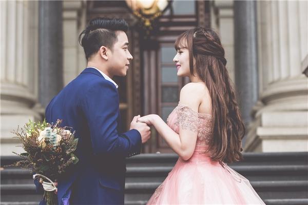 Trang phục của Lê Hoàng được phối ăn ý với những chiếc váy cưới mà bà xã mặc, tạo nên hình ảnh đẹp về cặp đôi.  - Tin sao Viet - Tin tuc sao Viet - Scandal sao Viet - Tin tuc cua Sao - Tin cua Sao