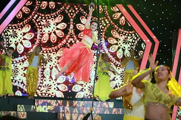 Trong chương trình, Ngọc Anh đã khiến khán giả mãn nhãn khi hóa thân thành vũ nữ Ấn Độ, với những điệu nhảy truyền thống đẹp mắt. Ngoài ra cô còn làm cho Việt Hương phải khóc vì màn quay cổ trên không và xiếc vòng đầy nguy hiểm. - Tin sao Viet - Tin tuc sao Viet - Scandal sao Viet - Tin tuc cua Sao - Tin cua Sao