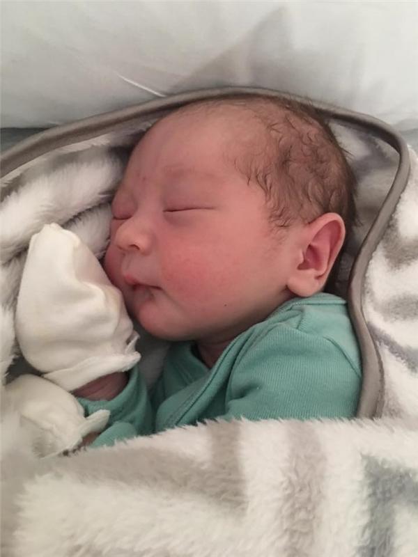 """Từ khi mang thai, nữ ca sĩ đã tăng thêm 20 kg, cậu bé ra đời bằng phương pháp đẻ mổ vì được bác sĩ nhận xét là """"khá to con"""". Con trai đầu lòng của nữ ca sĩ nặng 3,7kg, bé khoẻ mạnh. - Tin sao Viet - Tin tuc sao Viet - Scandal sao Viet - Tin tuc cua Sao - Tin cua Sao"""