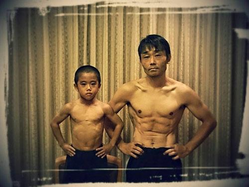 Ryusei và bố của mình, ông cũng sở hữu thân hình cơ bắp không kém.