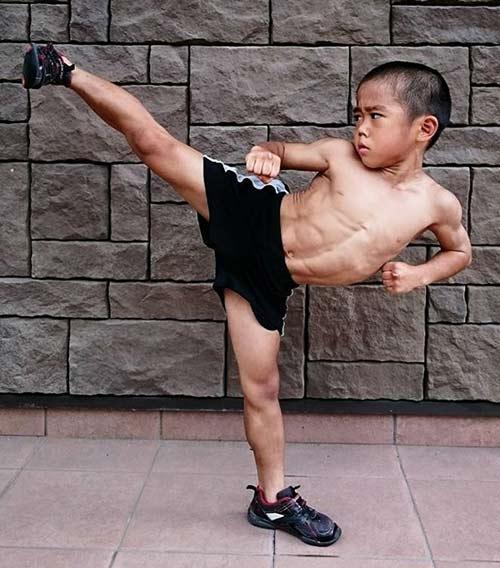 Cậu bé 6 tuổi rất dẻo dai và rất giỏi võ thuật.