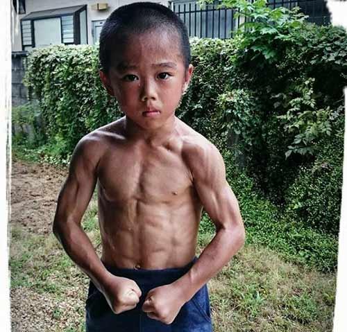 Thân hình cơ bắp chuẩn 6 múicủa Ryusei khiến cư dân mạng rất bất ngờ.
