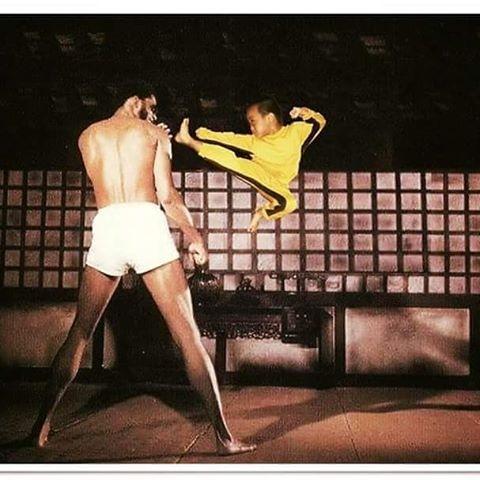 """Ryusei chụp ảnh bên cạnh thầy dạy võ của mình. Cậu bé thường xuyên mặc bộ đồ vàng """"huyền thoại"""" của Lý Tiểu Long trong lúc luyện võ."""