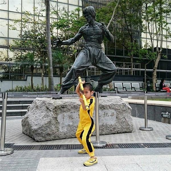 Ryusei trong một lần đến thăm tượng của Lý Tiểu Long.