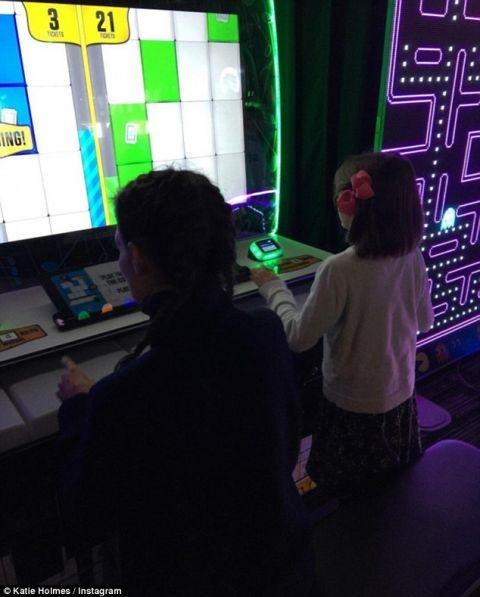 Vào kì nghỉ lễ Tạ ơn vừa qua, Suri và mẹ đã về quê ở Ohio,hai mẹ con đãđi chơi điện tử cùng nhau.