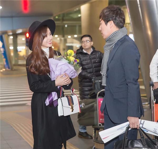 Ngay khi đáp chuyến bay từ TPHCM đến Hàn Quốc, Midu được đạo diễn Hàn Quốc và giám đốc công ty SRB ra tận sân bay đón và tặng hoa. - Tin sao Viet - Tin tuc sao Viet - Scandal sao Viet - Tin tuc cua Sao - Tin cua Sao