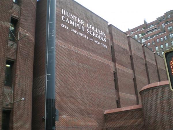 Hàng năm, Hunter chỉ nhận 25 bé nam và 25 bé nữ sinh sống tại Manhattan vào lớp mẫu giáo. Những em này được tuyển chọn từ 2.500 bộ hồ sơ và phải vượt qua rất nhiều bài kiểm tra. Tỉ lệ trúng tuyển vào trường là mức 2%, thấp hơn rất nhiều tỉ lệ trúng tuyển vào Harvard.