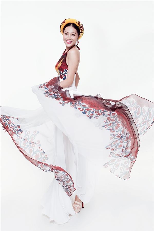 Thiết kế là sự kết hợp giữa chiếc áo yếm và chân váy xòe rộng. Phần váy được cách điệu khi kết hợp lụa bên trong và những lớp organza để tăng thêm độ bồng bềnh, mềm mại.