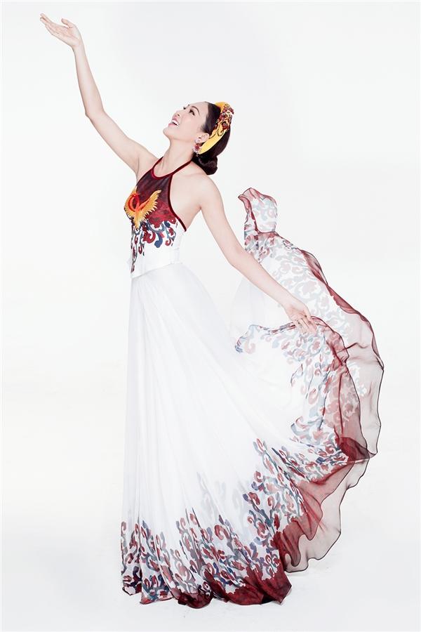 Được biết, phần họa tiết ở chân váy được đích thân nhà thiết kế Thuận Việt vẽ tay và sử dụng kỹ thuật in hiện đại để khắc họa rõ nét. Tổng thể tạo điểm nhấn cân xứng ở phần áo yếm và chân váy với những gam màu đậm, nổi bật trên nền sắc trắng tinh khôi.