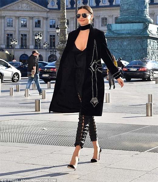Miranda Kerr cực trendy với trench coat dáng dài, mắt kính cùng quần đan dây ống lửng. Cô nàng luôn đẹp xuất sắc mỗi khi xuất hiện.Người đẹp ấn tượng và sang chảnh với áo xẻ ngực sâu cùng quần đan dây ống lửng.