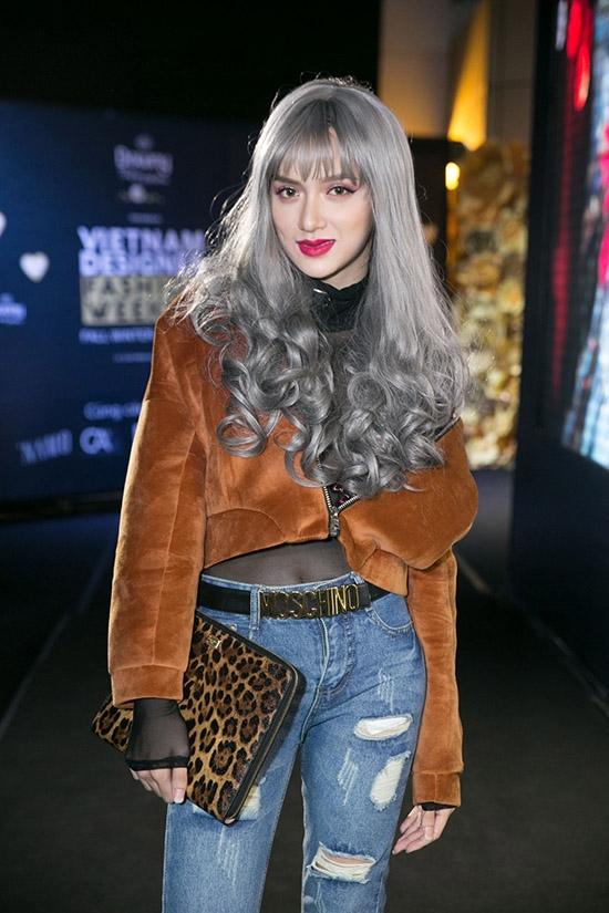 Từ màu tóc, quần áo cho đến phụ kiện mà Hương Giang Idol mang trên người đều không có bất kì sự nối kết nào.