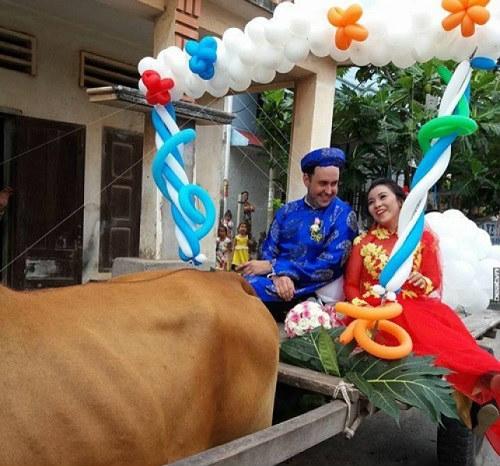 Mới đây tại thị xã La Gi tỉnh Bình Thuận, một chú rể người Thụy Điển đã trang trí hoa, bóng bay và chữ Hỉ lên xe bò và dùng nó để rước dâu khiến nhiều người không khỏi ngỡ ngàng.