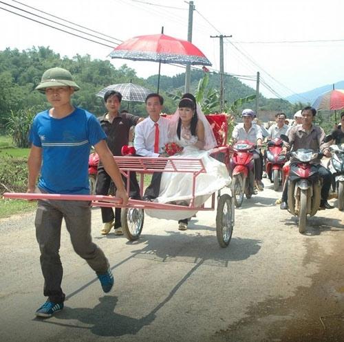 Không lâu trước đó, vào tháng 6 năm nay, mạng xã hội cũng một phen nhốn nháo trước hình ảnh màn rước dâu trên chiếc xe tự chế do người kéo tại Lang Chánh, Thanh Hóa.