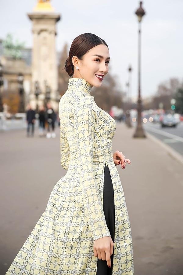 Tà áo dài rộng giúp người mặc thêm phần thướt tha, quyến rũ. Lê Hà cho biết sau chuyến đi này, cô sẽ về Việt Nam và tập trung hết sức lực cho các dự án vào đầu năm 2017 với nhiều điều thú vị. Trong khi đó, khán giả đang kì vọng chân dài này sẽ lấn sân sang lĩnh vực điện ảnh.