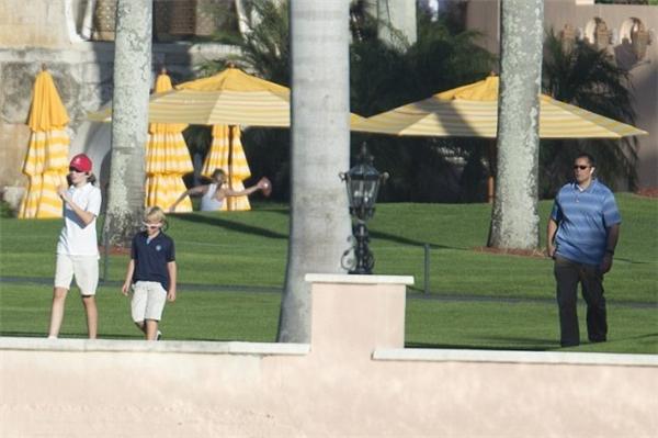 Ít nhất 3 nhân viên mật vụ đã có mặt để bảo vệ khi Barron chơi đùa trên bãi cỏ của khu biệt thự Mar-a-Lago.